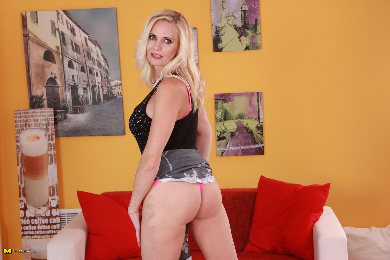 Hot blonde milf playing till orgasm p2